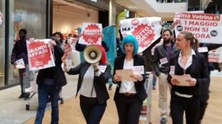 Primo maggio, centro sociale sfila nel centro commerciale di Arese