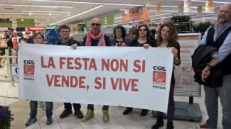 Primo maggio, protesta della Cgil per le aperture ma i supermercati sono pieni