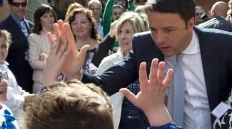 """Riforme, ora Renzi scrive ai prof: """"Vi spiego io la Buona scuola"""". Replica M5S: non scriva, ascolti"""