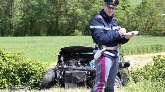 Scontro frontale tra due auto, muore una donna