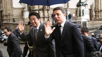 Renzi, sfida referendum, poi incontra Abe. Proteste per il caso Banca Etruria