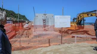 Altro cemento armato sulla spiaggia