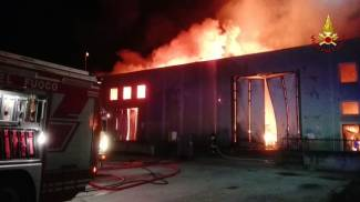 Incendio a Senigallia, foto e video. Chiuse due scuole