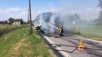 Pullman in fiamme, provinciale 205 bloccata