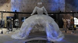 Ventimila bottigliette per un vestito, ecco la moda In Acqua