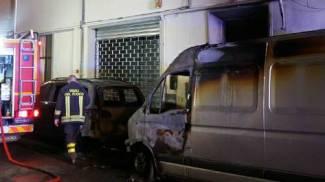Veicoli in fiamme, evacuato un palazzo. In venti all'ospedale