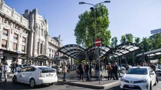 Sanzioni Uber, la protesta dei tassisti: blocchi ai posteggi in Centrale e a Linate