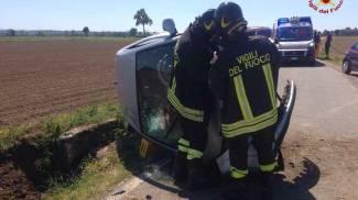 Auto esce di strada sulla provinciale 125: ragazza all'ospedale