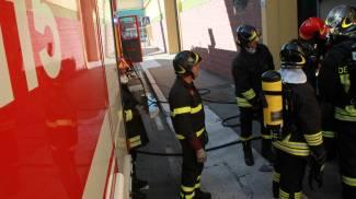 Fuga di gas in un condominio in centro, chiusa parte di una strada