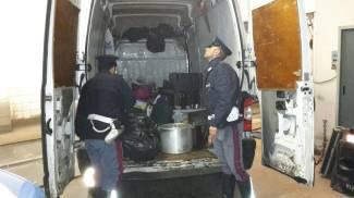 Catering abusivo nel furgone insieme a sacchi di immondizia