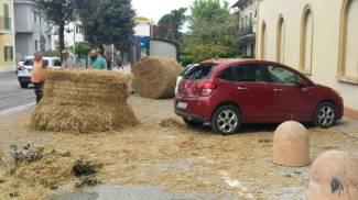 Due grandi rotoballe cadono in strada dal rimorchio, tragedia sfiorata