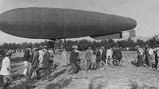 Oggi terza rara foto d'epoca col giornale: il dirigibile sorvola la Belle Epoque aretina