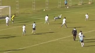 La magia, attaccante 14enne brasiliano segna col 'colpo dello scorpione' / VIDEO