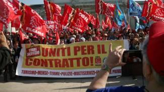 Sciopero settore terziario, lavoratori e sindacati in corteo a Milano