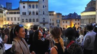 """Arezzo si illumina con la """"Gold night"""". Negozi aperti fino a mezzanotte e concerti"""