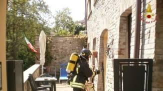 Inferno in casa, marito e moglie salvati dalle fiamme