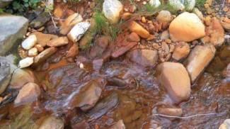 Acqua rossastra nel torrente: sono i metalli?