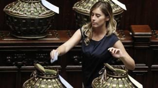 Il ministro Boschi vota alla Camera durante la seduta comune del Parlamento (Ansa)