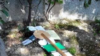 Vandali in tre scuole: fili elettrici tagliati, distrutti i giochi dei bambini