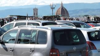 """Terrazza """"bucata"""" e un muro di bus: il piazzale Michelangelo è già un colabrodo"""