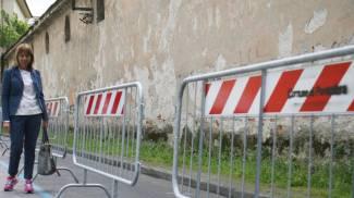 Crolli alla Leoncini. Transennata l'area dietro il Duomo