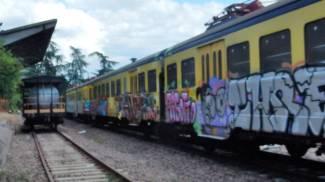 I vagoni della disperazione alla stazione piccola, regno di tossici e sbandati