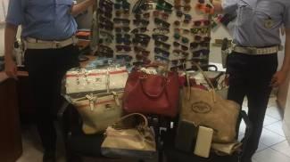 Castelnuovo, recuperati cento occhiali da sole contraffatti