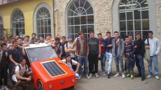 L'auto degli studenti si muove col pannello solare