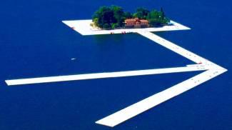 """Christo, la passerella """"Floating Piers"""" avanza nel blu / GUARDA LE FOTO"""