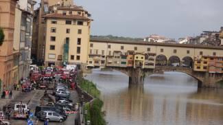 Voragine lungarno Torrigiani: auto inghiottite, case evacuate / LIVE TWITTER / VIDEO