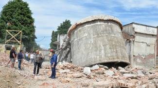 Saronno, demolita la torre dell'ex tintoria Ferrè
