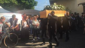 I funerali di Beatrice, morta per un malore a 14 anni. Le foto dei palloncini bianchi