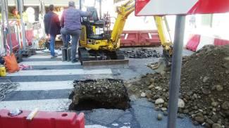 Rattoppata la buca, a Novate riaprono piazza e strada