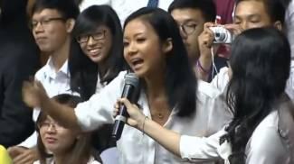 Obama in Vietnam, incontra i giovani e invita una rapper a cantare