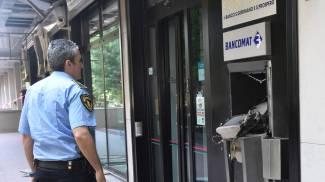 Fanno saltare un bancomat in via Paolo Fabbri: guarda le foto