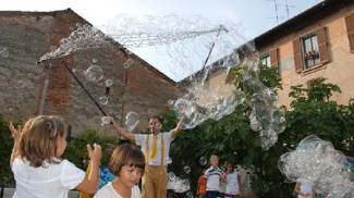 Merone, «Fish & Bubbles»: teatro di strada all'Oasi