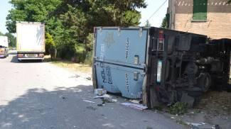 Paura a Vallefoglia, furgone si ribalta su un lato