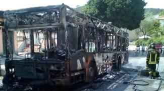 Autobus prende fuoco: il mezzo in cenere, salvi i passeggeri