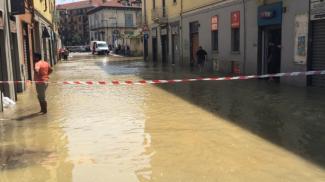 Via Adriano sott'acqua: scoppia una tubatura e la strada si allaga - VIDEO