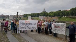 """""""No a via Milazzo senso unico"""", i residenti protestano in strada"""