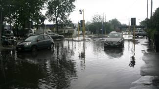 Maltempo a Milano, pioggia e temporali: monitorati Seveso e Lambro, strade chiuse VIDEO