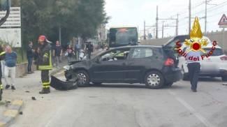 Schianto in via Flaminia: tre auto coinvolte, due feriti