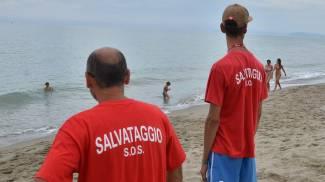 Giovane pratese rischia di annegare: salvata da un bagnino