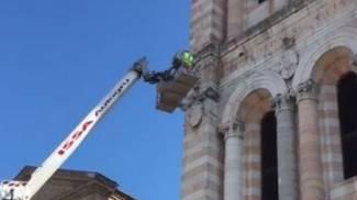 Duomo, frammenti caduti dal campanile. Guarda il video
