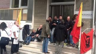 Sesto, sette operai si legano a cancelli per protesta