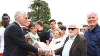 Defibrillatore donato alla scuola grazie alla Pistoia-Abetone