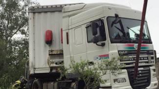 Camion finisce fuori strada: intervengono i vigili del fuoco