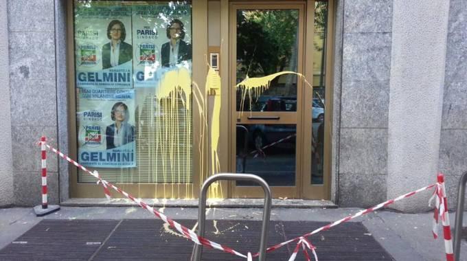 Elezioni, lancio di uova nella notte contro il comitato di Mariastella Gelmini
