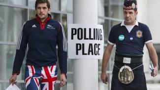 Opinioni diverse anche nei vestiti davanti ai seggi scozzesi (Ansa)
