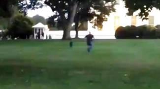 L'uomo che si è introdotto nel giardino della Casa Bianca: frame tratto da video su Youtube